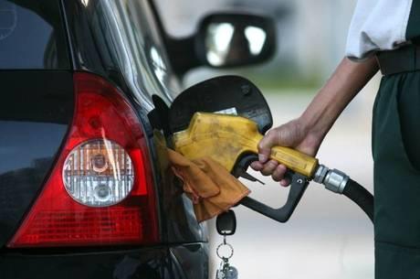 COMBUSTIVEL8 - RJ - 26/06/2012 - PETROBRAS - ECONOMIA OE JT - O reajuste de preços dos combustíveis foi mal recebido pelo mercado, que penalizou as ações da Petrobrás em quase 8%. Na foto, movimentação nos postos de Gasolina em na zona sul do Rio de Janeiro. Foto: MARCOS DE PAULA/AGENCIA ESTADO/AE