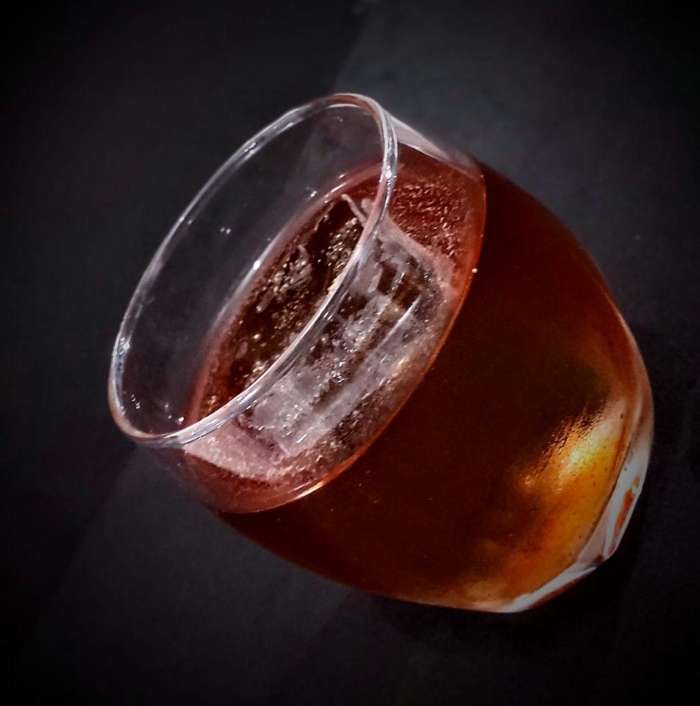 """Bartenders criam drink coletivo com nome de """"Cachaceira"""" e que cada ingrediente simboliza algo presente na força feminina."""