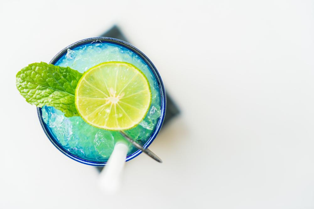 Mocktail colorido de limão - Drink sem álcool.