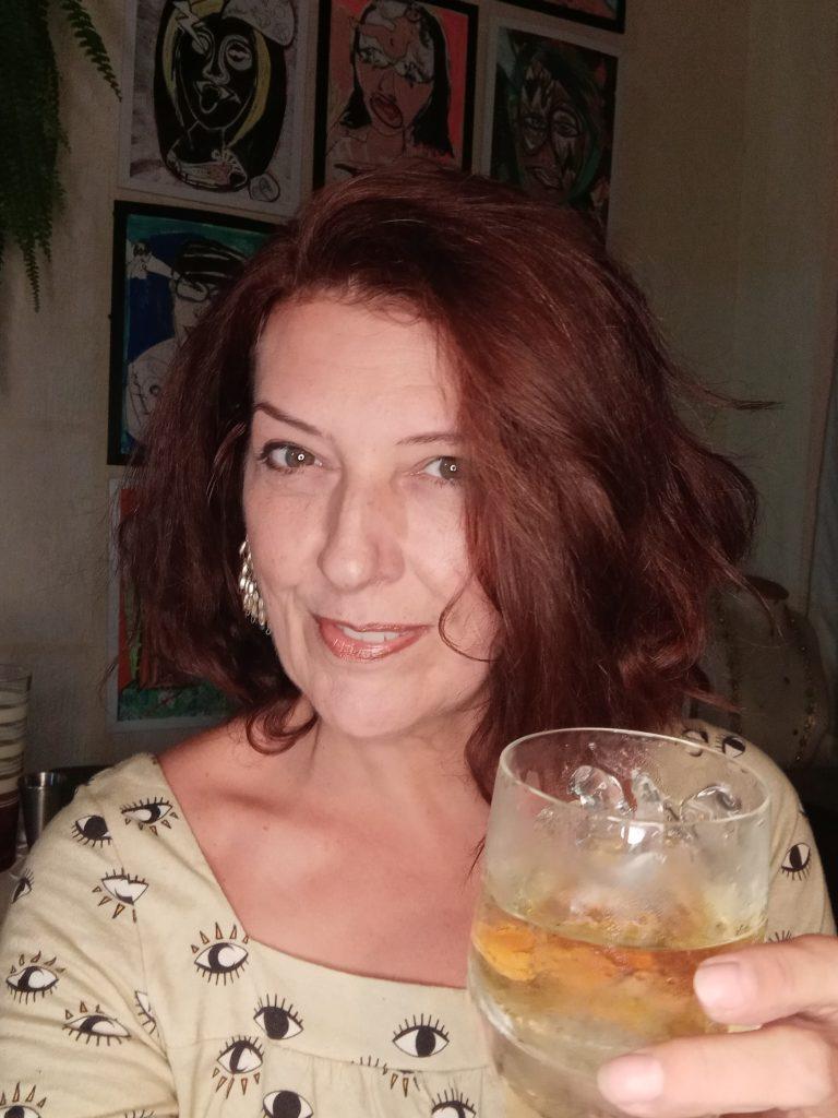 Sandra Mendes fala sobre a felicidadeno processo de criação de coqueteis.