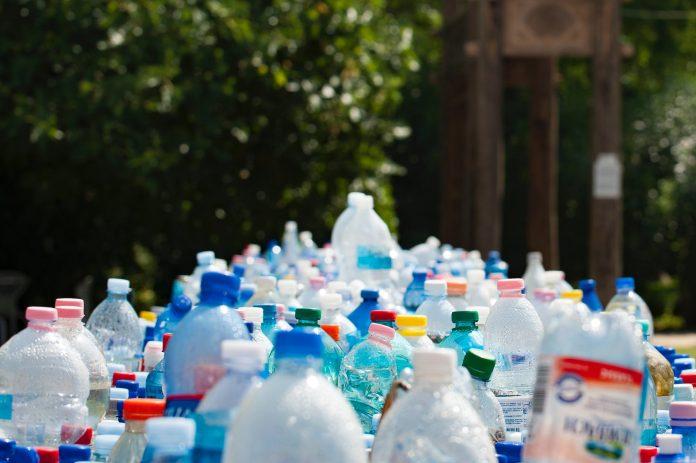 Garrafas de plásticos amontoadas